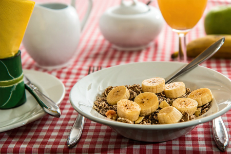 bowl of cereal with banana | food and mood | Perpetual Wellbeing