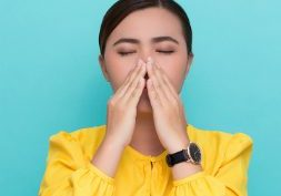 woman sneezing | best natural allergic reaction treatments | Perpetual Wellbeing